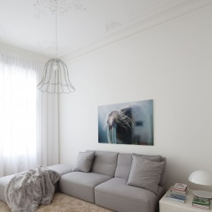 W niewielkim saloniku przytulną atmosferę buduje kosmaty, miękki dywan i puchate tekstylia. Projekt: destilat Design Studio. Fot. Monika Nguyen.