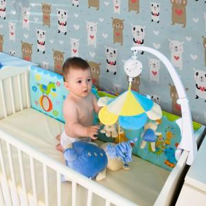 Wesołe misie skaczące po niebieskiej tapecie rozweselą każdego malucha. Propozycja marki Minka Kids. Fot. Minka Kids.