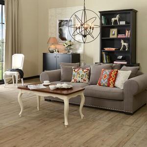 W tej aranżacji poduszki zdecydowanie ożywiają stonowane eleganckie wnętrze. Żółte i bordowe akcenty świetnie kontrastują z beżową kanapą. Fot. Almi Decor.