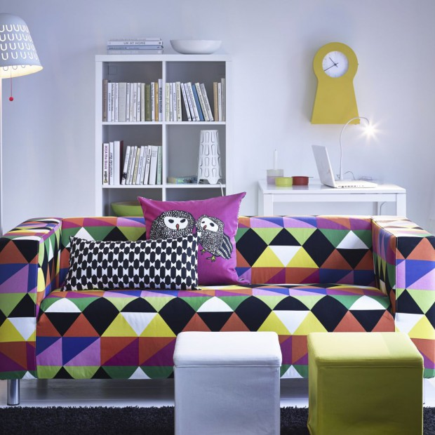 Kolor w salonie. Wybierz wzorzyste poduszki