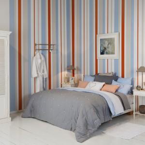 Subtelne dodatki zostały dopasowane do wyrazistych, kolorowych pasów zdobiących ścianę. Takie zestawienie prezentuje się bardzo elegancko i stylowo. Fot. Flamant.