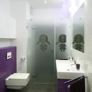 Mimo, że łazienka jest niewielka mogą z niej korzystać dwie osoby. Niewielka szerokość pomieszczenia nie jest przeszkodą, aby wybrać szerszą, podwójną umywalkę. Projekt: Michał Mikołajczak. Fot. Bartosz Jarosz.