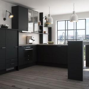 Matowe fronty najlepiej wyglądają w ciemnej wersji - tutaj opcja całości w czerni, zwieńczona prostokątnymi, poziomymi uchwytami ze stali. Fot. Marbodal, kuchnia Torö.