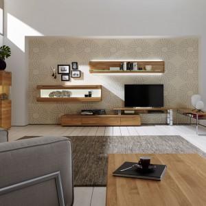 Dekor drewna to najmodniejsza szata dla skrzyniowych mebli salonowych. Fot. Hulsta.