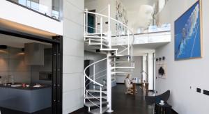Moda na domy piętrowe sprawia, że schody stają się istotną częścią wystroju strefy dziennej. Jak można je wkomponować w aranżację salonu? Zobaczcie pomysły naszych architektów.