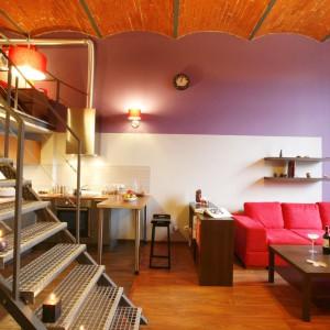 Metalowe schody stanowią łącznik między sypialnią, a strefą dzienną. nadają też wnętrzu industrialny styl. Projekt: Luiza Jodłowska. Fot. Marcin Onufryjuk.