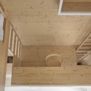 W obrębie drewnianej zabudowy znalazły się takie strefy mieszkania, jak łóżko czy gabinet. Projekt: i29 interior architects. Fot. Ewout Huibers.