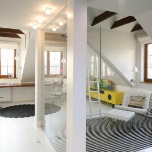 Wnętrze na poddaszu jest całkowicie otwarte. Sypialnia połączona jest z łazienka oraz gabinetem. Projekt: Agnieszka Zaremba, Magdalena Kostrzewa-Świątek. Fot. Bartosz Jarosz.