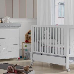 Białe meble dla niemowlaka są niezwykle praktyczne, gdyż mogą służyć maluchom różnej płci. Wystarczy zmienić kolor dodatków, by dostosować aranżacje pokoju do kolejnego dziecka. Fot. Micuna.