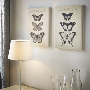 Przyjemne obrazki na płótnie z motywem motyli pięknie ozdobią ścianę np. nad komodą w salonie. Autor grafiki: Maria Mendez. Rozmiar: 28x38 cm. Do nabycia w IKEA. Cena 59,99 zł/2 szt. Fot. IKEA.