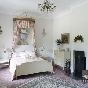W tej sypialni drewniane są meble – łóżko oraz wszystkie szafki i komoda. Jasna kolorystyka wyposażenia stanowi znakomitą całość z zastosowanymi tkaninami. Projekt: właściciele. Fot. Bartosz Jarosz.