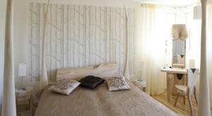 Powinna zapewniać spokojny sen i komfortowy wypoczynek. Powinna jednak również pięknie wyglądać. Zobaczcie jak zaprojektować właśnie taką sypialnię.