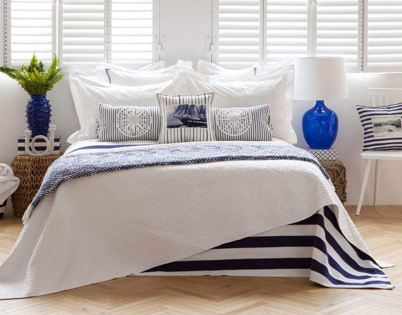W kolekcji Wiosna 2015 od Zara Home można znaleźć wiele tekstyliów w stylu żeglarskim: poszewki na poduszki, pościel, prześcieradła i kapy, np. w typowe marynistyczne pasy. Cena poszewki dekoracyjnej z kompasem - 159 zł. Fot. Zara Home.
