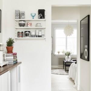 W kuchni kontynuowana jest kolorystyka z przestrzeni sypialni i salonu. Biel, ozdobioną czarnymi akcentami ocieplają blaty z litego dębu. Fot. Stadshem/Jonas Bergman.