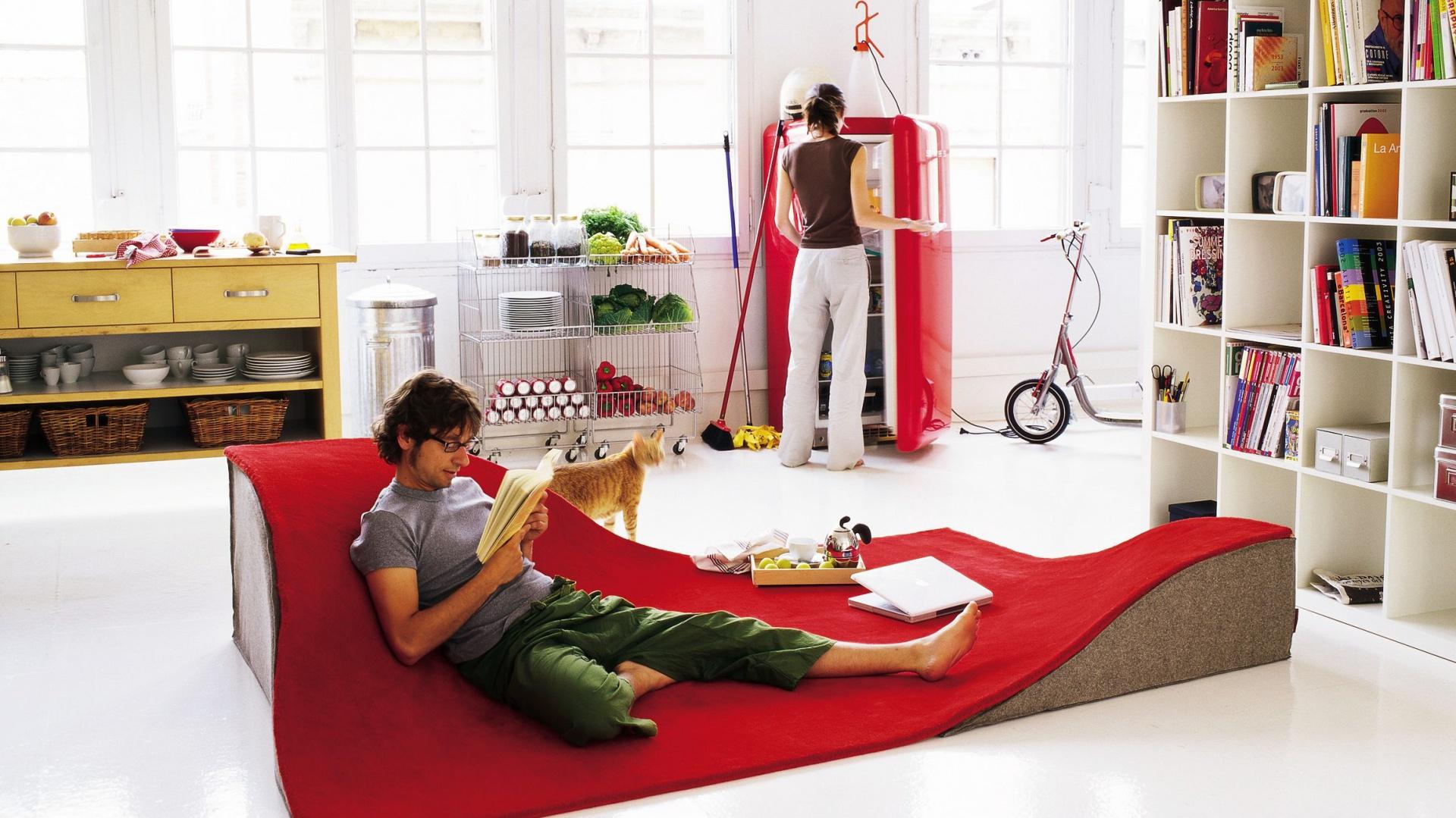 Latający dywan marki Nani Marquina powstał z inspiracji baśnią o słynnym Alladynie. Dzięki pofałdowanej powierzchni może pełnić funkcję wygodnej kanapy. Fot. Nani Marquina.