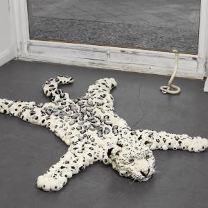 Śnieżny leopard to nazwa dywanu marki MYK, dedykowanego wyłącznie odważnym. Fot. MYK.