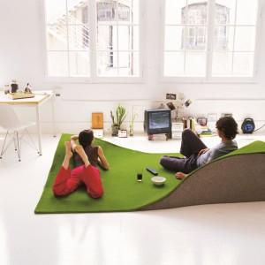Latający dywan w zielonym kolorze sprawia wrażenie, jakby w salonie powstały urocze pagórki i doliny porośnięte świeżą trawa. Fot. Nani Marquina.
