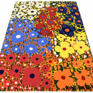 Ręcznie tkany dywan w kolorowe kwiaty, marki Rug Couture, zamieni podłogę w salonie w wiosenną, kwitnącą łąkę. Fot. Rug Couture.