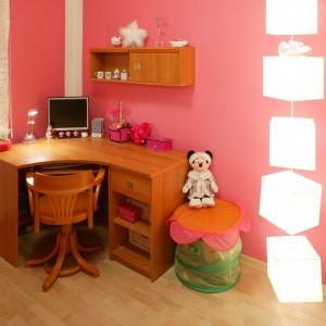 Ściany w pokoju młodszej córki pomalowano na, tak lubiany przez dziewczynki, różowy kolor. Efektu dodaje dekoracyjne, geometryczne oświetlenie. Fot. Archiwum Dobrze Mieszkaj.