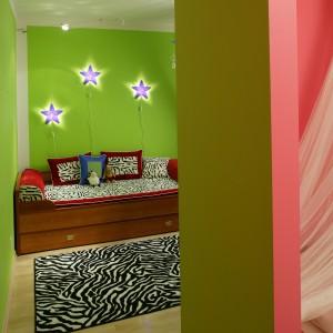 Aby podkreślić ich odrębność, ściany poszczególnych pokoi pomalowano na różne kolory. Fot. Archiwum Dobrze Mieszkaj.