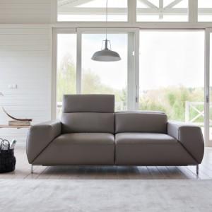 Dwuosobowa sofa Bosco marki  Bizzarto idealnie sprawdzi się na małych przestrzeniach. Nowoczesna forma oraz aluminiowe nóżki nadają jej niezwykle lekkiego wyglądu. Fot. Bizzarto.