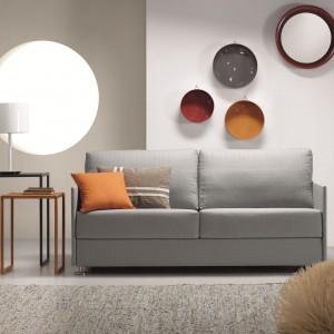 Mała zgrabna sofka Azores z oferty marki Le Pukka idealnie zmieści się nawet w najmniejszym salonie, zapełniając pełen komfort użytkowania. Fot. Le Pukka.