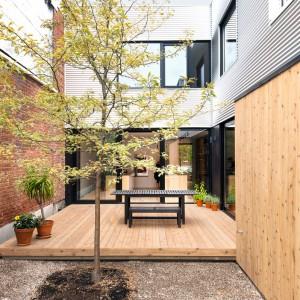 Wyburzając część starego budynku zyskano miejsce, które przeznaczono na urokliwe patio. Projekt: la SHED Architecture. Fot. Maxime Brouilette.