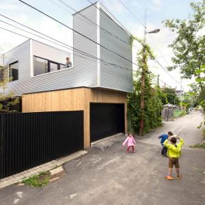 Stary dom bliźniak przeszedł gruntowną renowację i zyskał nowoczesną formę. Projekt: la SHED Architecture. Fot. Maxime Brouilette.