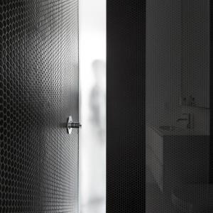 Na parterze zlokalizowano czarno-białą łazienkę z czarną, efektowną strefą prysznica. Projekt: la SHED Architecture. Fot. Maxime Brouilette.