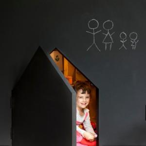 Jedno z niebanalnych rozwiązań w domu: mały domek dla małego domownika ukryty w ścianie, niczym sekretna komnata. Ściana pomalowana farbą tablicową to również frajda dla dzieci! Projekt: la SHED Architecture. Fot. Maxime Brouilette.