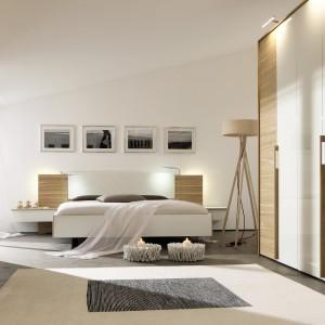 Sypialnia Cutaro to stonowane połączenie bieli oraz elementów wykonanych z drewna. Całość prezentuje się elegancko i bardzo stylowo. Fot. Huelsta.