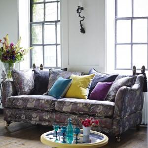 Wykorzystując w salonie meble tapicerowaną wzorzystą tkaniną możemy nadać klasycznej aranżacji lekko romantyczny styl. Fot. DFS Furniture.