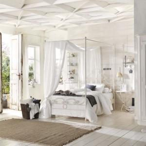 Pomysł na białą, kobieca sypialnię w stylu prowansalskim. Delikatne przetarcie ujawniające drewno dodaję wnętrzu uroku. Meble z kolekcji Lettonuvola marki Cantori. Fot. Cantori.