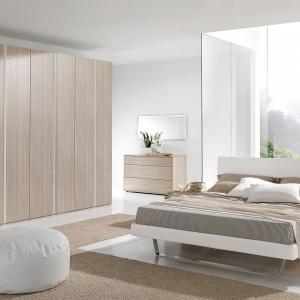 Meble z jasnego drewna to prosty przepis na nowoczesną, a zarazem ciepłą i stylową sypialnię. Takie wyposażenie najładniej wygląda na tle białych ścian. Fot. Giessegi.