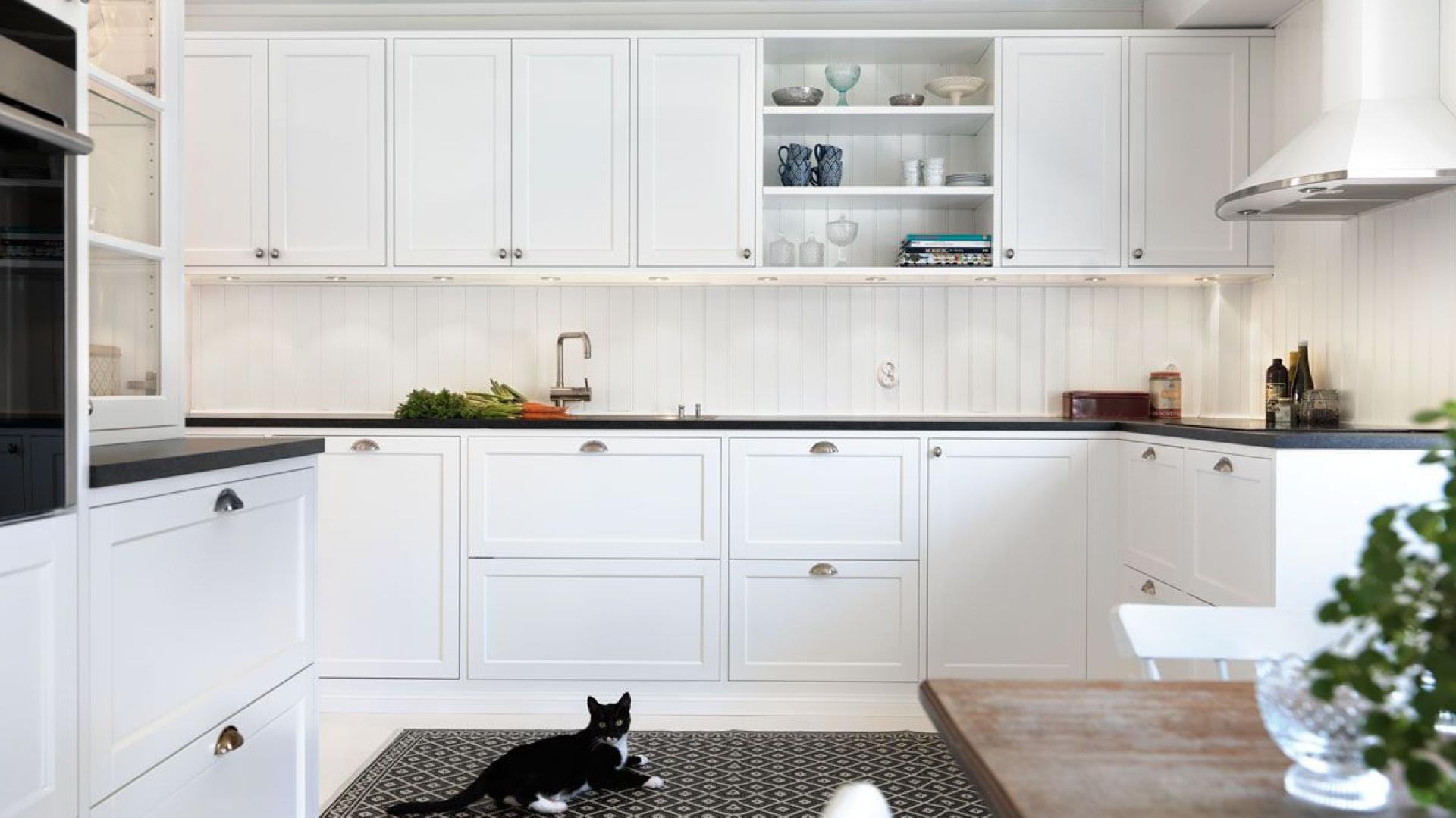 Białe fronty z delikatnym Elegancka, biała kuchnia   -> Biala Kuchnia A Kolor Ścian