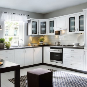 W tej urokliwej klasycznej kuchni, białe fronty zestawiono z ciemnym blatem oraz dopasowanymi do niego korpusami. Efektowny kontrast nadaje wnętrzu elegancki charakter. Fot. Black Red White, kuchnia z serii Family Line.