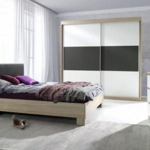 Meble do sypialni Eden pięknie łączą biel i elementy z fakturą drewna. Wyrazu i oryginalnego charakteru nadaje całości czerń, która stanowi ciekawy kontrast. Fot. Agata Meble.