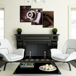 Ściana nad kominkiem to często dobre miejsce na wyeksponowanie obrazu lub grafiki. Tryptyk ze zdjęciem starego aparatu to propozycja dostępna na stronie Demural. Świetnie będzie wyglądać w we wnętrzu w stylu klasycznym. Fot. Demural.