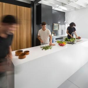 Bardzo duża wyspa kuchenna pozwala na wspólne przygotowywanie posiłków w rodzinnym gronie. Projekt: Atelier Moderno. Fot. Stéphane Groleau.