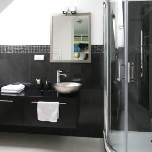 Łazienka pod skosem dachowym  wyposażona została w kabinę prysznicową. Umieszczono ją w narożniku  w najwyższym miejscu łazienki. Projekt: Katarzyna Merta-Korzniakow. Fot. Bartosz Jarosz.