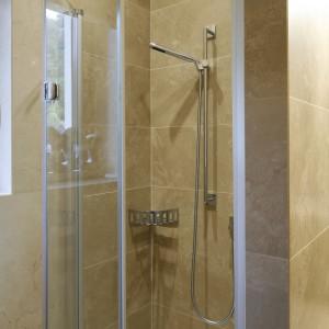 Drzwi, które składają się w połowie podczas otwierania to bardzo praktyczne rozwiązanie do małej łazienki. Projekt: Małgorzata Borzyszkowska. Fot. Bartosz Jarosz.