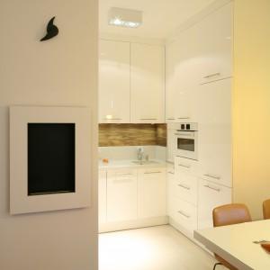 Niewielka, zaledwie 5-metrowa kuchnia wpasowana została we wnękę otwartą częściowo na jadalnię i salon. Projekt: Małgorzata Galewska. Fot. Bartosz Jarosz.