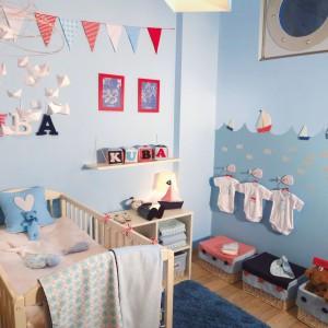 W pokoju niemowlaka oprócz oświetlenia górnego, przyda się również lampka nocna, która dyskretnie oświetli pokój nocą. Dzięki niej z łatwością przewiniemy lub nakarmimy malucha nocą, bez konieczności włączania głównego oświetlenia. Fot. Para Paints.