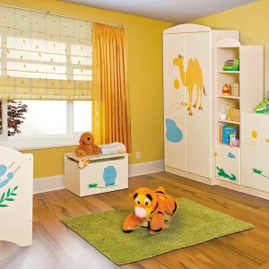 W pokoju maluszka musi znaleźć się miejsce na szafę albo dużą komodę, gdzie można trzymać ubranka, pieluszki, kosmetyki i dziecięce akcesoria. Fot. Artane Meble.
