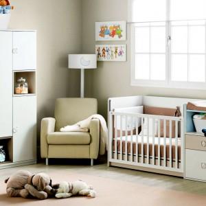 Bardzo przydatnym meblem - szczególnie na początku - jest wygodny fotel dla mamy, który sprawdzi się zwłaszcza podczas karmienia. Fot. Ros.