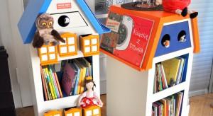 Nie wszystkie dzieci mogą iść do biblioteki, ale dzięki Wędrującym Szpitalnym Bibliotekom bajki mogą przyjechać do dzieci. Bajkowozy pomagają walczyć z chorobą i cierpieniem najmłodszych, a to niełatwe zadanie również w kwestii projektowej.