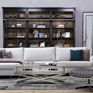 To industrialne wnętrze tylko z pozoru jest surowe. Duże lustra, drewniana szafa, pikowane meble czy przyjemne poduszki wprowadzają do niego przytulność. Dodatki i meble dostępne w sklepie Almi Decor. Fot. Almi Decor.