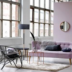 Piękne loftowe wnętrze o lekko kobiecym wystroju. Miękki dywan, przytulne poduszki i miedziany stolik marki Bloomingville to idealnie współgrające elementy aranżacji. Fot. Bloomingville.