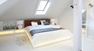 W sypialni urządzonej na przytulnym poddaszu dominuje biel. W połączeniu z różnymi materiałami, fakturami tworzy spójną, łagodna przestrzeń zachęcającą do odpoczynku.