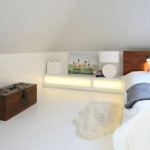 Pod skosami znajduje się praktyczna półka wykonana na wymiar, która stanowi doskonałe miejsce na lampkę nocną. Fot. Bartosz Jarosz.